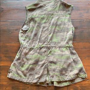 Me Jane Tops - Sleeveless camo long shirt